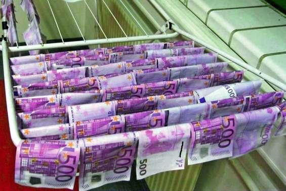 Billets de 500 euros dans les toilettes : un conte de Noël qui finit bien