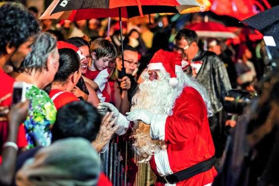 Place de la Marne, le père Noël défie  la pluie pour le plaisir des Nouméens