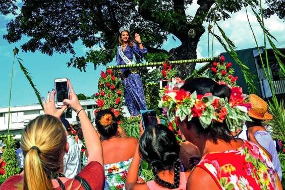 Miss France parade devant des milliers de Polynésiens