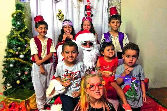 Une Miss Calédonie est venue en renfort  du père Noël à Pouembout