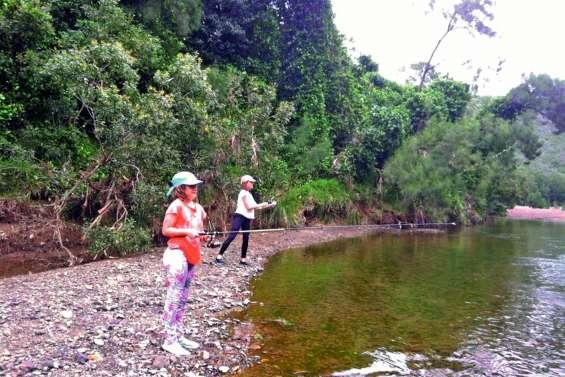 Les enfants apprennent aussi à pêcher à la mouche