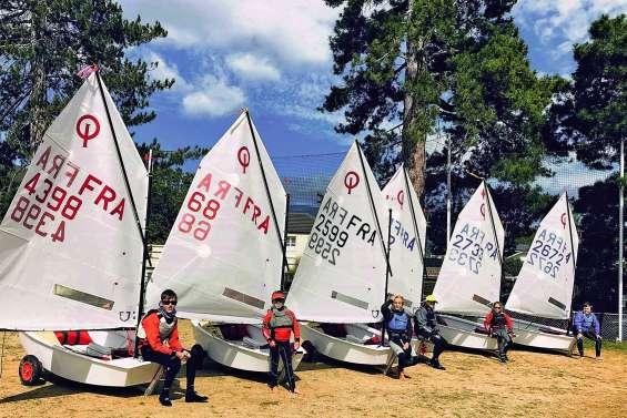 Six jeunes Calédoniens sur le plan d'eau d'Hobart