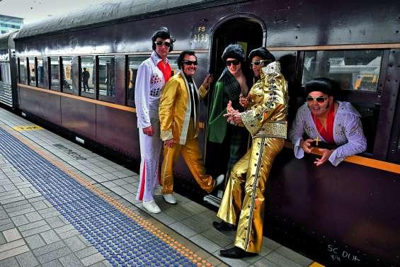 Les fans dans le train pour honorer le « King »