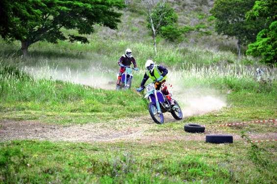 Une course de moto sur prairie à Trazegnie