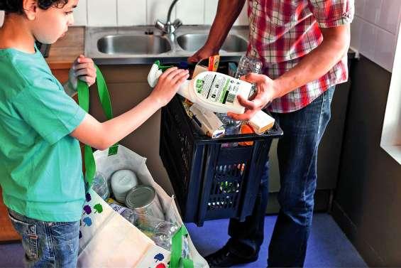 Un pacte entreprises-gouvernement-ONG pour réduire les emballages plastique