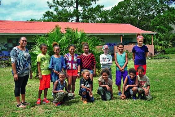 Tous les écoliers en violet  à Saint-Joseph d'Arama