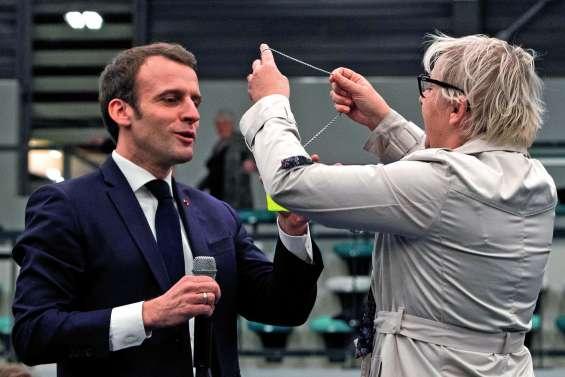 Macron pris à partie par une femme « gilet jaune »