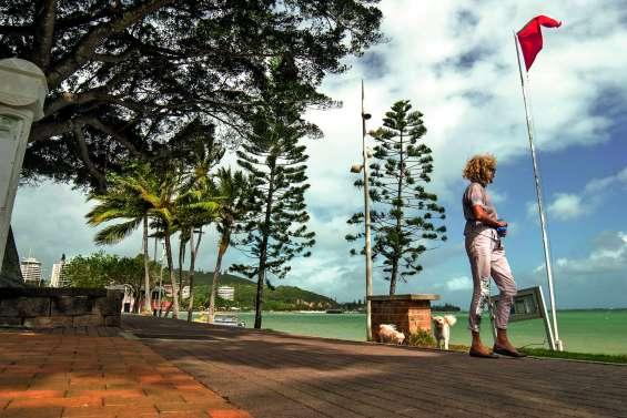 Le pavillon rouge hissé sur la plage  de l'Anse-Vata