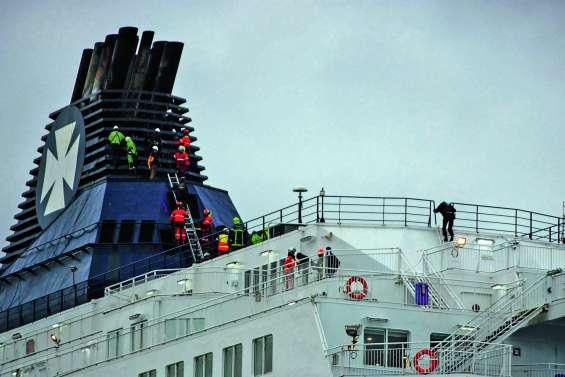 Intrusion massive de migrants dans le port de Calais