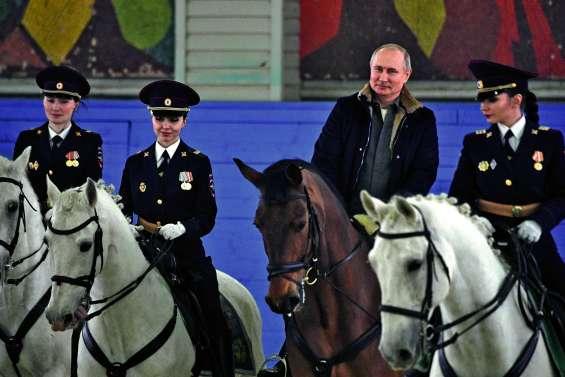 Vladimir Poutine à cheval encadré de femmes officiers de police