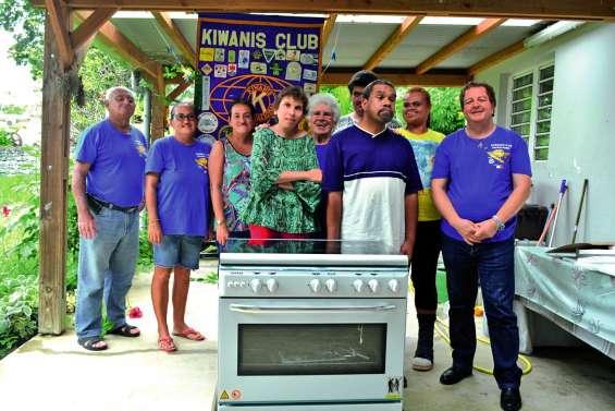 Le Kiwanis offre une gazinière à l'atelier culinaire de l'ASH