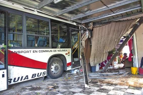 Un bus fonce dans une maison : « J'ai eu peur qu'il explose »