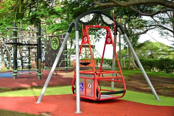 Le parc forestier s'équipe d'une balançoire pour les enfants en fauteuil