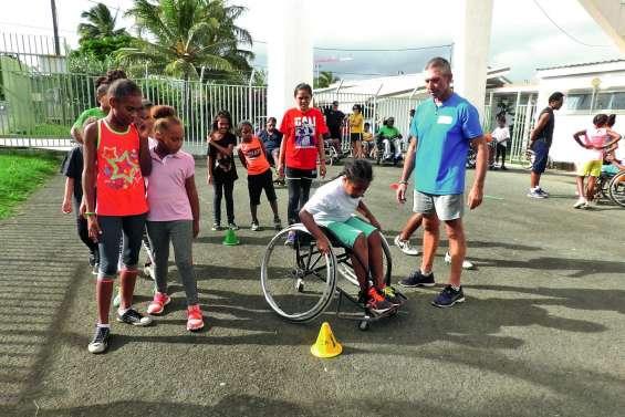 Une délégation des rugby girls à l'entraînement d'athlétisme handisport