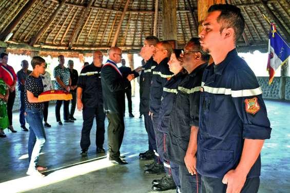 Douze pompiers décorés sous la Case des communautés