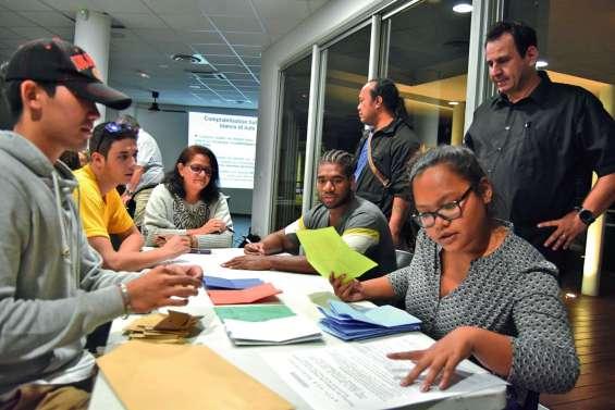 Les scrutateurs fin prêts à dépouiller les bulletins de vote dimanche soir