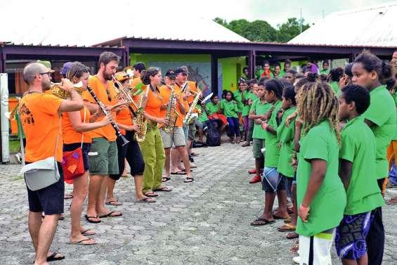 La fanfare Malawi donne un cours  de musique au collège de Tadine
