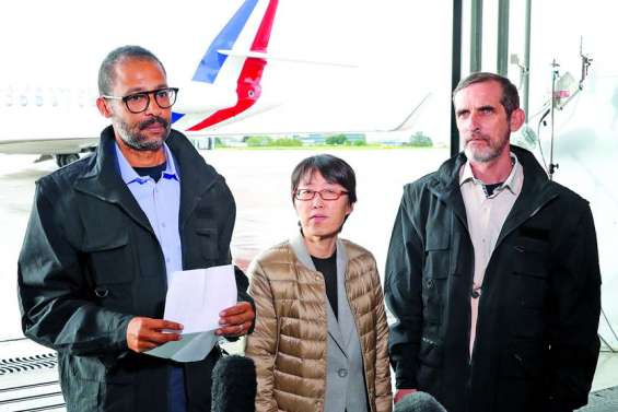 Les ex-otages français accueillis sobrement