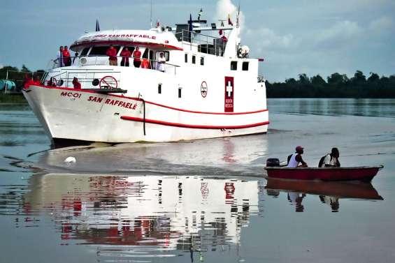 Un hôpital flottant défie les eaux troublées du littoral Pacifique colombien