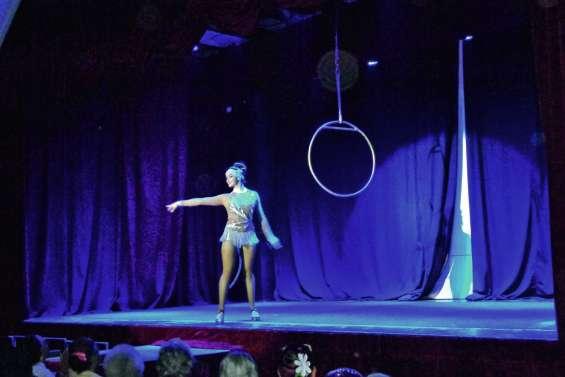 Le cirque des Samoa en représentation en Brousse
