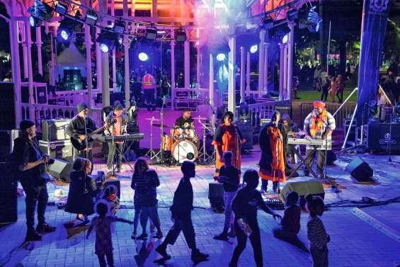 Du son, de la danse, du karaoké et des sourires place des Cocotiers