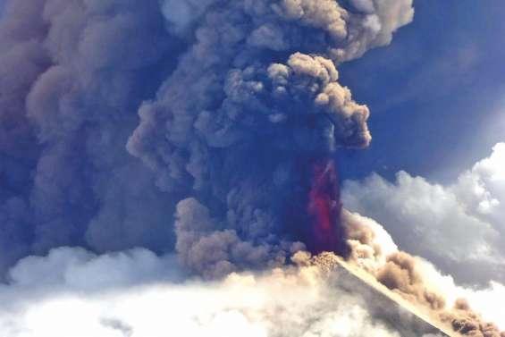 Nuées ardentes dans le ciel de l'île de Nouvelle-Bretagne