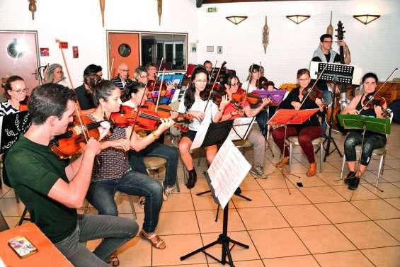 Un orchestre symphonique prêt à jouer de la musique classique hors de la ville