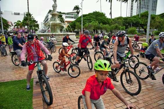 La fête du Vélo à la poursuite du Néobus