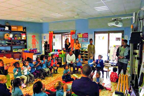 Les collégiens lisent des histoires aux écoliers