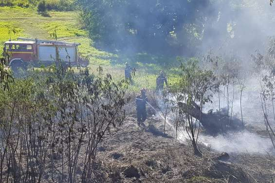Un incendie menace des habitations  à Boulouparis