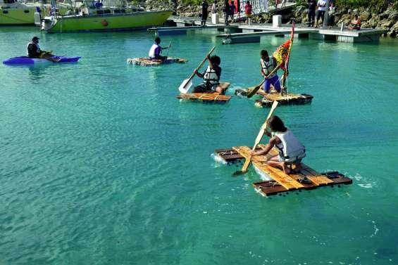 Une course de pirogues en matériaux recyclés à la marina de Wé