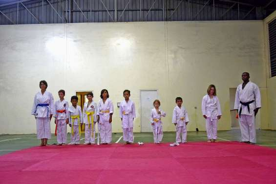 Remise de ceintures aux élèves du Pouembout karaté club