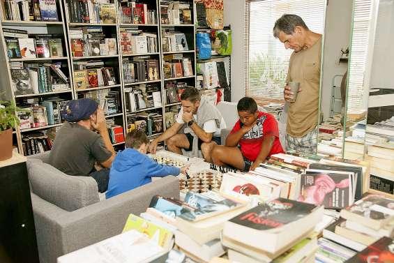 Apprendre à jouer aux échecs au milieu des livres