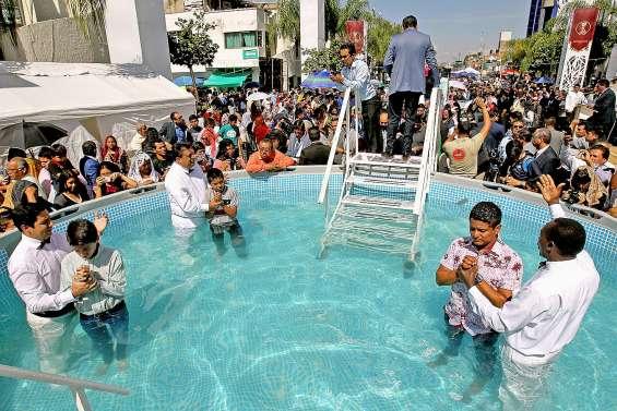 Baptême collectif de milliers d'adeptes d'un leader incarcéré