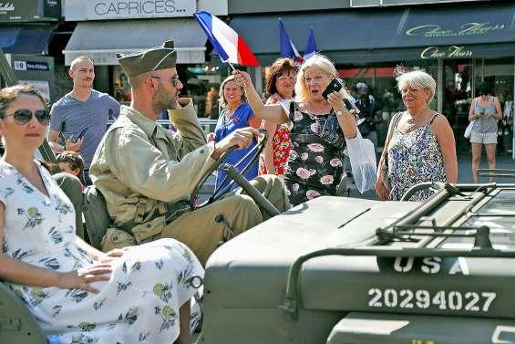 Chars, drapeaux et smartphones : la Libération 75 ans après