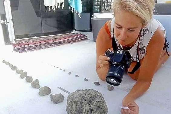 Une marée de pierres ponces approche du Caillou