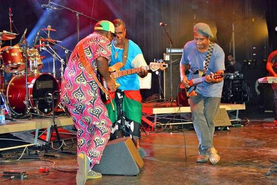 Les artistes de Lifou enflamment le centre culturel