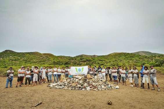 Des lycéens et Caledoclean ramassent 500 kg de déchets à la Baie Toro