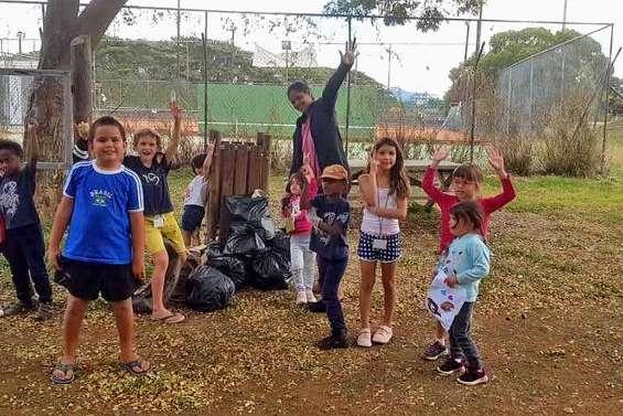 Les enfants des Cocos VKP ont nettoyé le plateau sportif