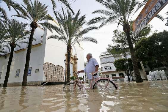 Inondations : six morts, le Premier ministre  se rend sur place