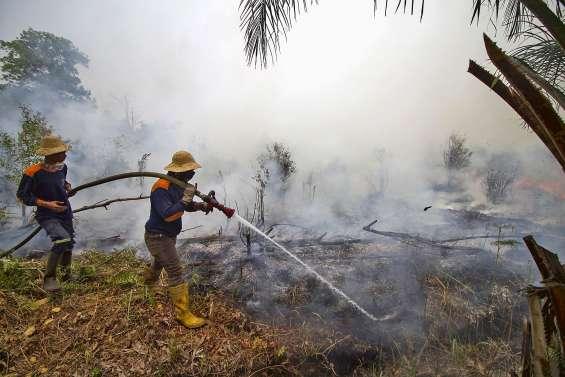 Les habitants piégéspar les feux en Indonésie