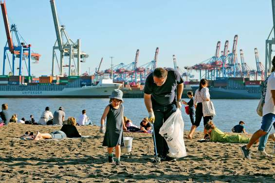 Des bénévoles à la chasse aux déchets pour nettoyer la planète