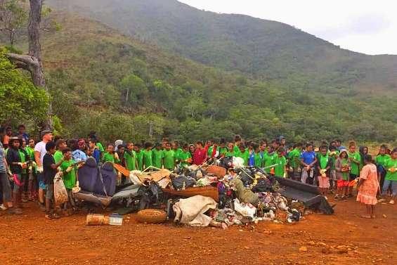 Une grande opération de nettoyage par les collégiens