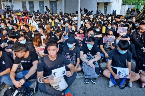 Un sit-in devant l'école du manifestant blessé