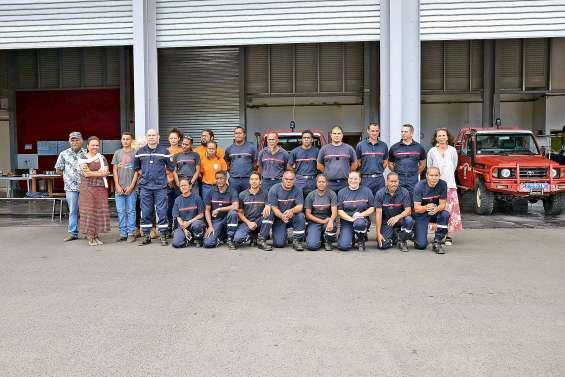 Le maire et ses adjoints remettent des galons aux sapeurs-pompiers