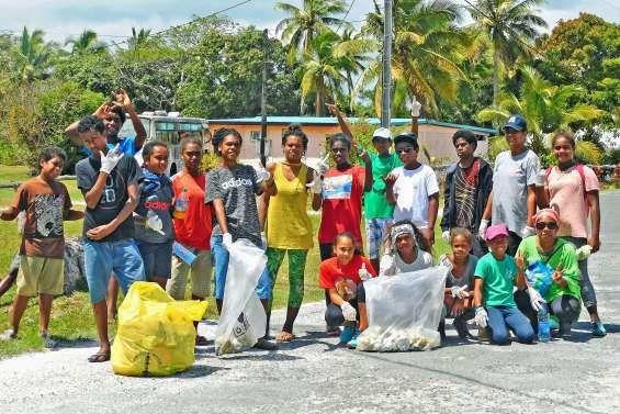 Les enfants de Luecila et de Hnapalu ont enlevé les déchets de leur tribu