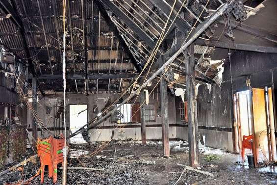 Le restaurant Le Tropix ravagé par les flammes à Koumac