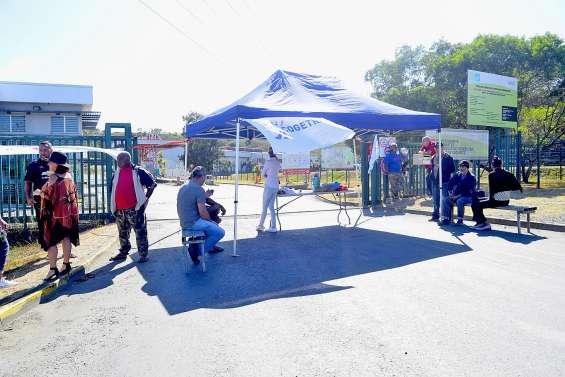 Mouvement de grève devant la CSP de Ducos