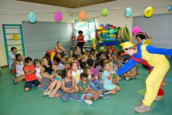 Les mamans clowns enseignent la bienveillance à l'école