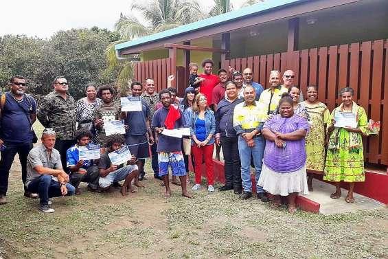 Six jeunes d'Ouroué construisent pour leur tribu